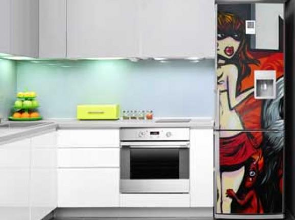 Autocollants sur le réfrigérateur et lave-vaisselle