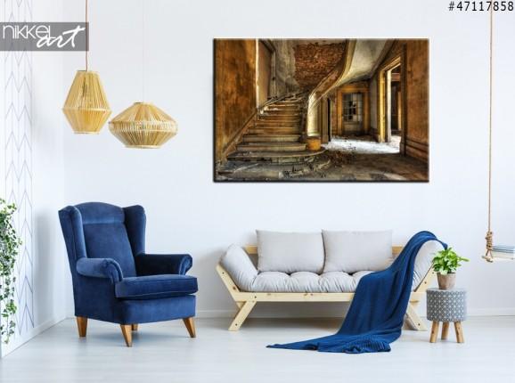 Photo sur Toile Vieil escalier dans une salle abandonie