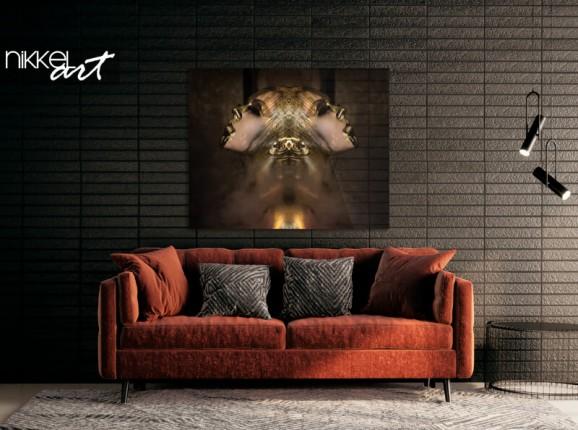 Femme peinte en or sur plexi