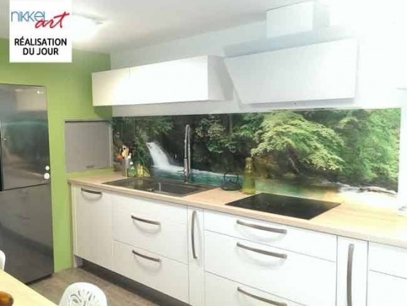 cr dence de cuisine en verre imprim cascade. Black Bedroom Furniture Sets. Home Design Ideas